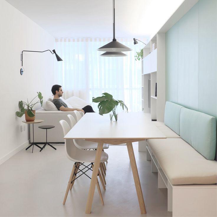 Localizado na praia de Icaraí, em Niterói, no Rio de Janeiro, este pequeno apartamento de 80 m² passou por uma completa reforma para dar aos ambientes um caráter mais jovem ver mais