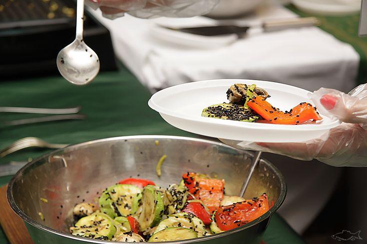 Теплые салаты очень хороши в холодное время года, а также могут быть гарнирами к основным блюдам. Сегодняшний рецепт — с азиатской ноткой. А это значит, что к нему желательно подать вкуснейши…