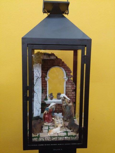 Belen dentro de Farol grande de 45 cm. de alto, con figuras de 12 cm. y con luz. Colección 2015.