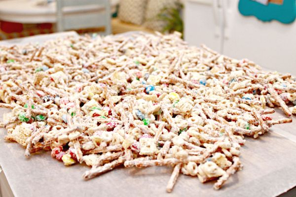 The best Chex mix you will ever eat or make! This White Chocolate Chex Mix makes a great teacher gift and your friends and neighbors will love it too!
