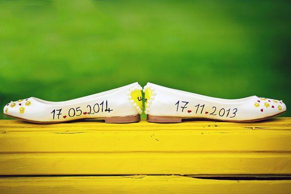 Dekorera dina bröllopskor med förlovningsdatumet på ena skon och bröllopsdatumet på andra skon, ta en bild och skicka ut som spara datumet meddelande! [DIY shoes, the engagement day & wedding day and take a pic and send out as save the date.] #wedding #bröllop #ecobride