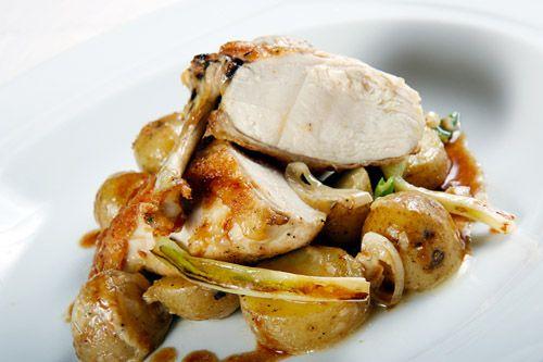 Kuřecí prsa s pečenými bramborami, smetanou a jarními cibulkami