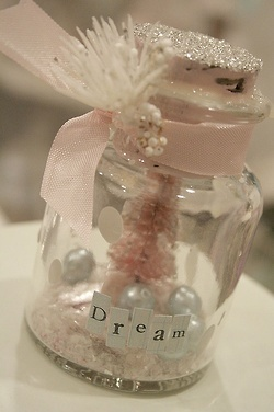 DIY Christmas mason jars I want to make these for my girls this year. Need a trip to AC Moore. Glitter, jars, lil tree, faux snow and little accidents. Use words from book cut out or print