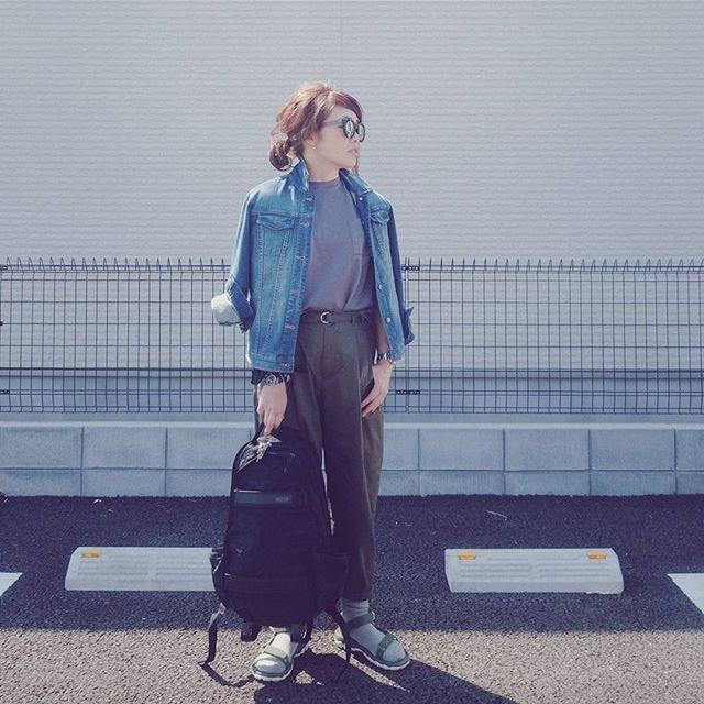 * * * 昨日のコーデ。 gray×khaki . 日が当たりすぎてわかりにくい… . #ユニクロ の#クロップドクルーネックT 、ダークグレーも買ってました☺ . . #coordinate#outfit#simple#casual#fashion #ゆるT#UNIQLO#ハイウエストパンツ#gu#デニムジャケット#Gジャン#gap#ルーズソックス#teva#バックパック#NIKE
