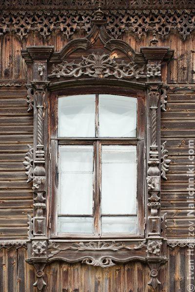 Janela russa com guarnição Tomsk, de madeira, estilo Império.  Fotografia: Ivan Hafizov.