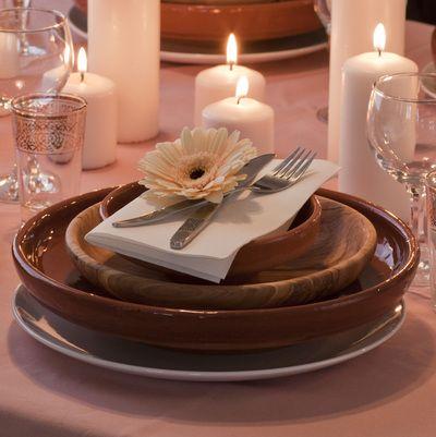 Stort og lite fat i keramikk sammen med stort fat i oliventre