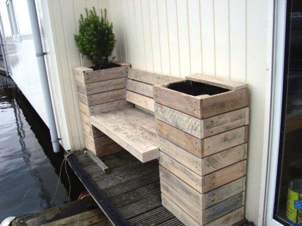 plantenbakken-en-bankje-pallethout bij de voordeur