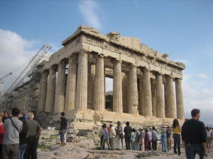 Atenas: La ciudad de los dioses.  La capital de Grecia y sus alrededores nos llevan por fascinantes y románticos lugares, llenos de mitos y leyendas.