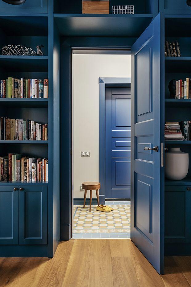 Porta azul - prateleira - apartamento azul e amarelo em Moscou