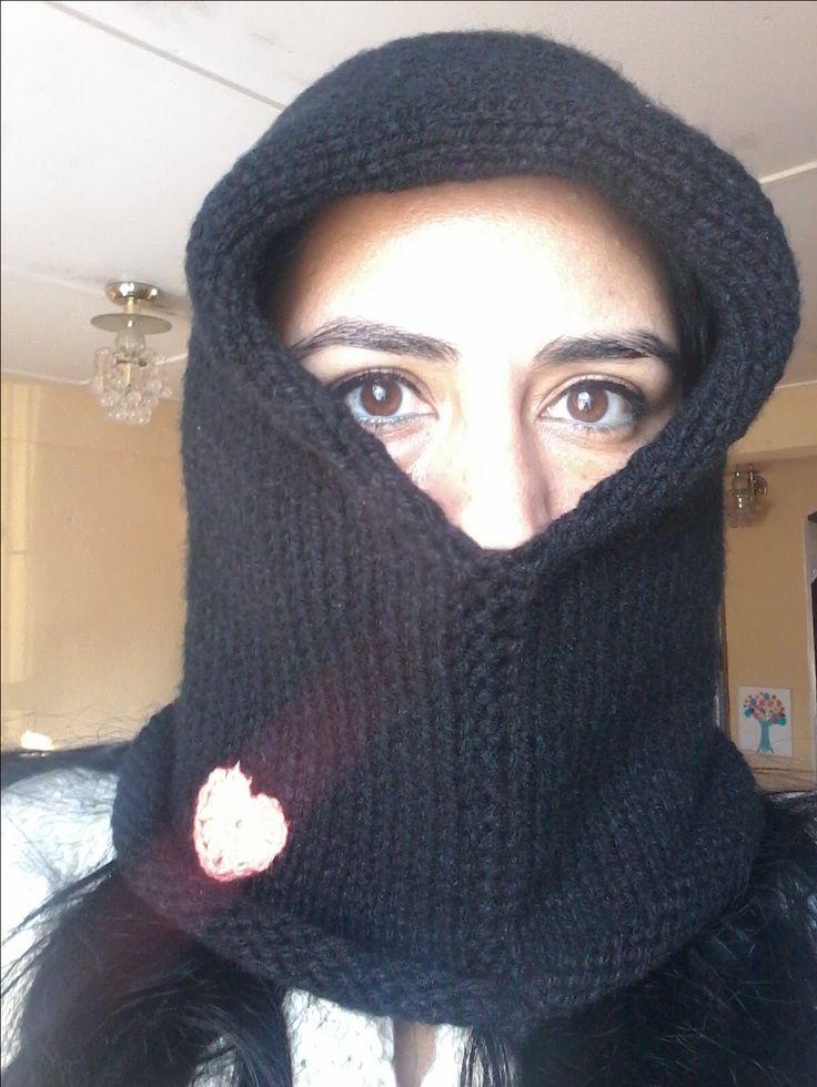 gorrobufanda negro tejido a palillos con corazon a crochet