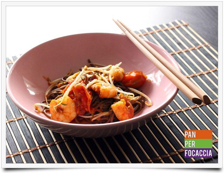 Spaghetti soba con mazzancolle e verdure