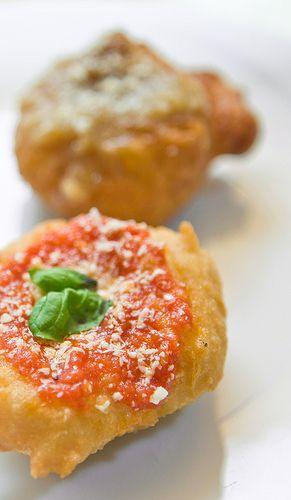 """La pizza fritta meglio nota come zeppulella di pasta cresciuta (condita a """"pizzella"""" e a """"montanara ai genovesi"""")"""