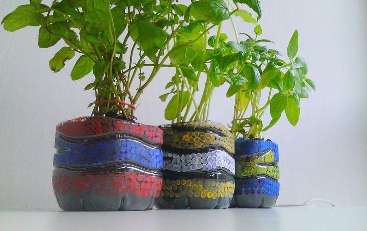 <p>Oryginalny pomysł na doniczki na zioła! Zobacz jak przekształcić zwykłe butelki plastikowe w niepowtarzalne, kolorowe doniczki. Bądź kreatywny i myśl ekologicznie. Butelki typu pet doskonale nadają się do przechowywania ziół, wystarczy trochę wyobraźni i gotowe! Zobacz jak wykonać doniczki krok po kroku.</p>