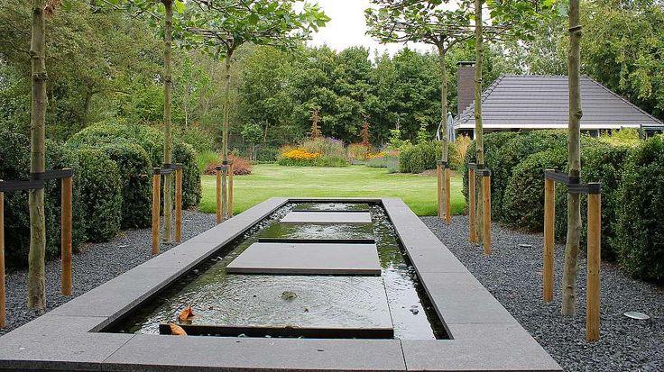Teo van Horssen | Tuinontwerp verhoogde vijver waterornament stapstenen natuursteen vijverrand grote tuin gazon