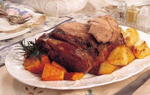Αρνίσιο μπούτι στη λαδόκολα με πατάτες, καρότα