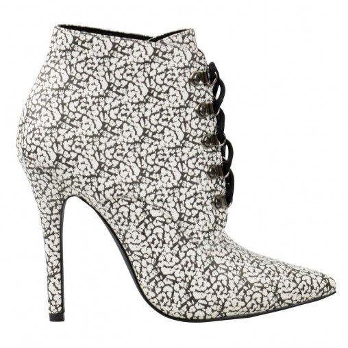 Dear to wear monochrome! Fashionista zwart witte laarzen met spits toelopende neus, hoge naaldhak van 11 cm hoog en zilveren veterringen met een zwarte ronde veter. De buitenzijden heeft een lederlook en de binnenzijde is gevoerd met synthetisch materiaal