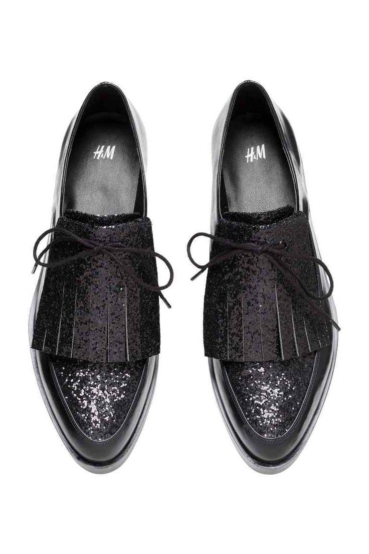 Chaussures scintillantes: Chaussures basses en imitation cuir avec dessus scintillant et bout pointu. Laçage dissimulé par franges devant. Plateau devant 2 cm, talon 3,5 cm. Semelle caoutchouc.