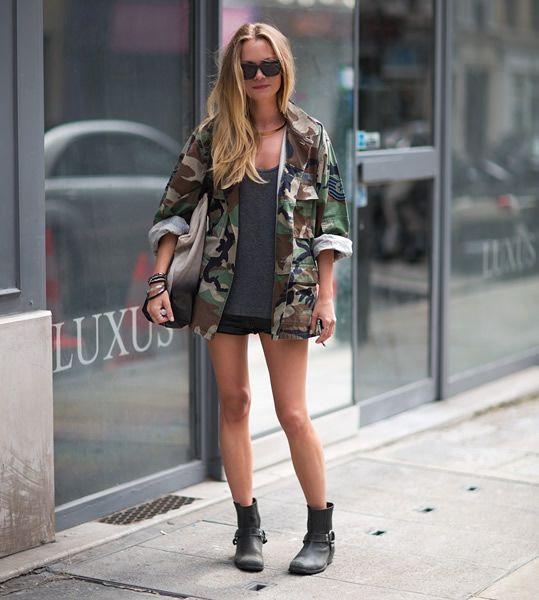 Guita Moda: Inspiração: estampa militar. Parca verde camuflada, regata cinza, saia preta, ankle boot preta