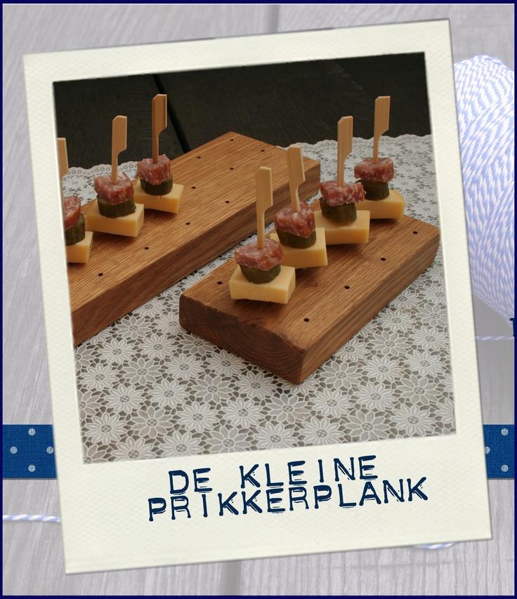 De handgemaakte kleine prikkerplank.  De eiken hapjesplank waar je op een gezellige manier een prikkerhapje kan serveren.