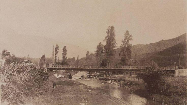 Caracas. Puente Constitución, destruido por una crecida del río Guaire en 1892. Hoy en día se encuentra ahí el puente de la Avenida Fuerzas Armadas.