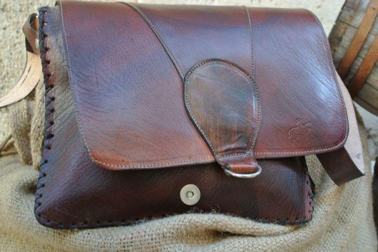 Bag Postman Slim. Crafted shoulder bag in painted buffalo leather.