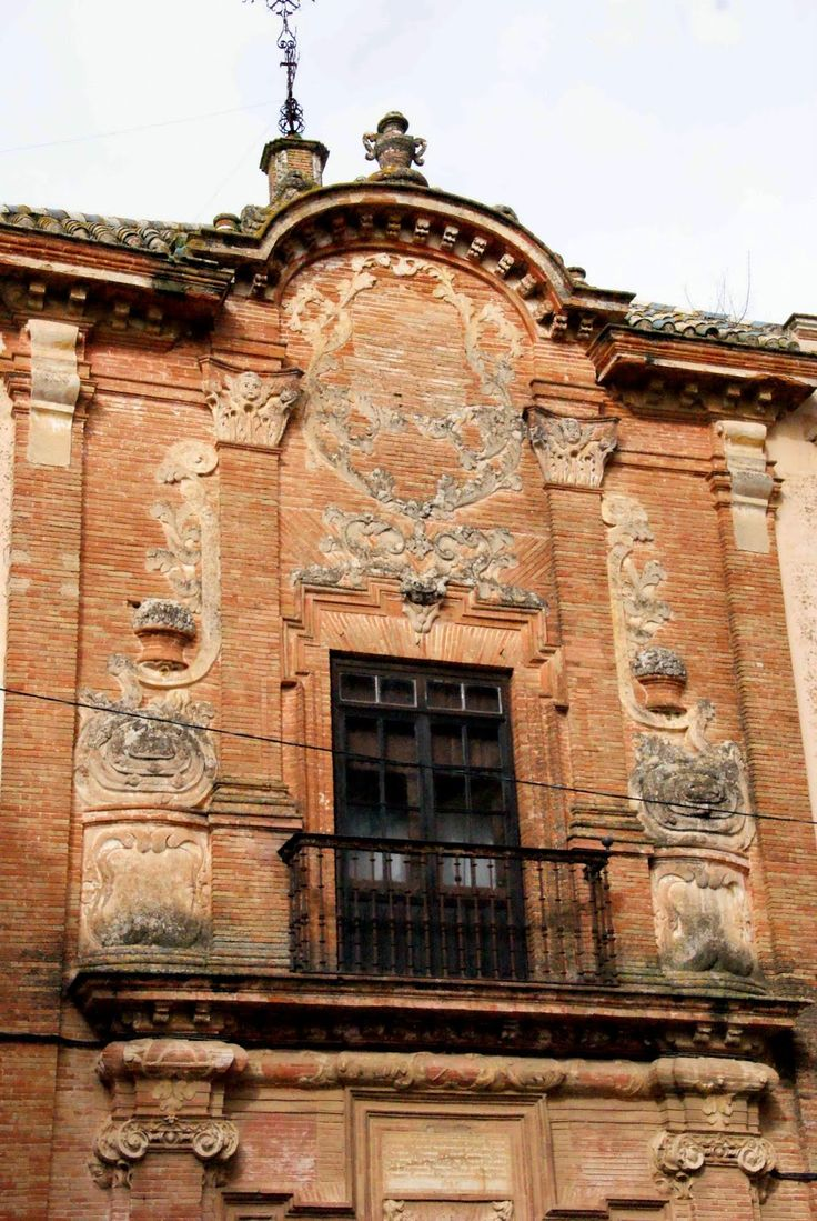 Un pequeño balcón ocupa el centro del segundo cuerpo, cuyos elementos más representativos son los relieves que decoran esta zona de la fachada, enmarcando en su día un escudo nobiliario que ya no existe.