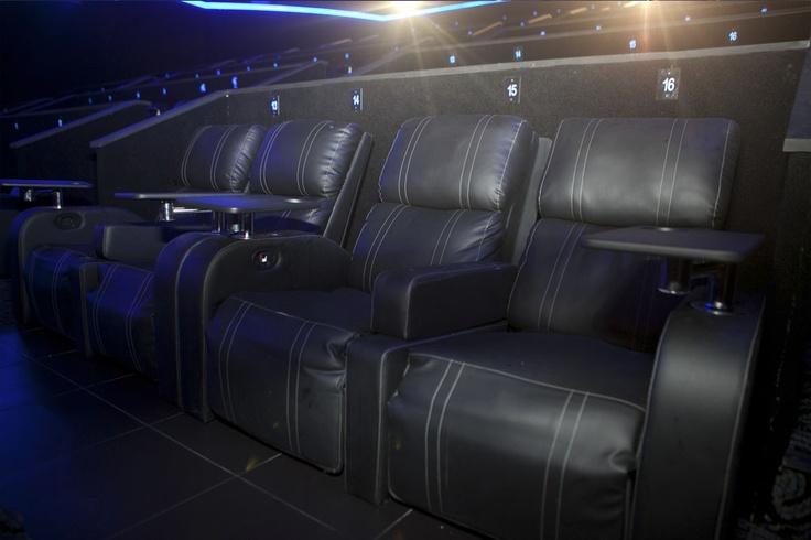 Na primeira fileira, todas as poltronas são chaise longue. Nas outras, as cadeiras são totalmente reclináveis. Diferente das outras salas de cinema do Rio, no UCI de LUX, o cliente pode escolher se quer deitar somente o encosto, os pés ou ambos.