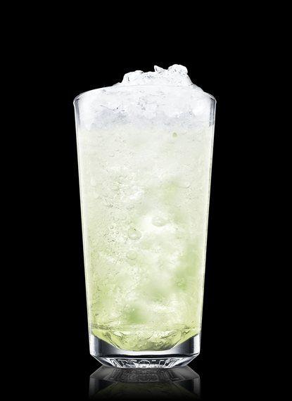Mojito - Macerar folha de hortelã e xarope simples em um copo alto. Encher com gelo picado. Adicionar rum claro e suco de limão. Mexer. Completar com água com gás. 2 Partes de Rum claro, ¾ Parte de Xarope simples, ¾ Parte de Suco de Limão, 8 Folha de hortelã Inteiras, Água com gás