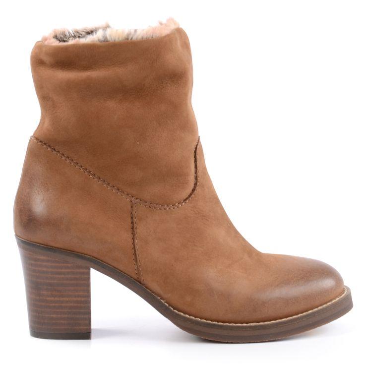 WEEK DEAL: Fur warme FuSse im Winter sorgen diese halbhohen Stiefeletten. Sie haben ein angenehmes Futter aus braunem Pelzimitat, das als stylisches Detail oben am Stiefel leicht herausragt. Die Stiefeletten sind aus cognacfarbenem Nubukleder und haben ein