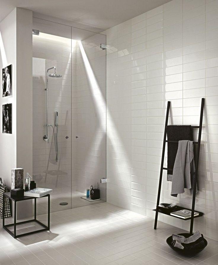salle de bain blanche dcore dun carrelage rectangulaire et carr blanc et amnage avec - Echelle Salle De Bain Blanche