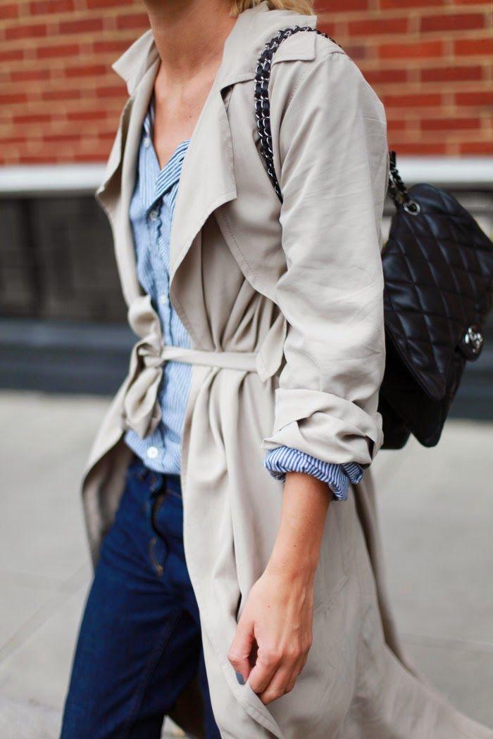 Las gabardinas no tienen por qué ser clásicas. Mira este outfit y fíjate en lo bien que quedan con pantalón y camisa vaquera. Luego te doblas las mangas y te pones un bolso espectacular. No necesitas más.