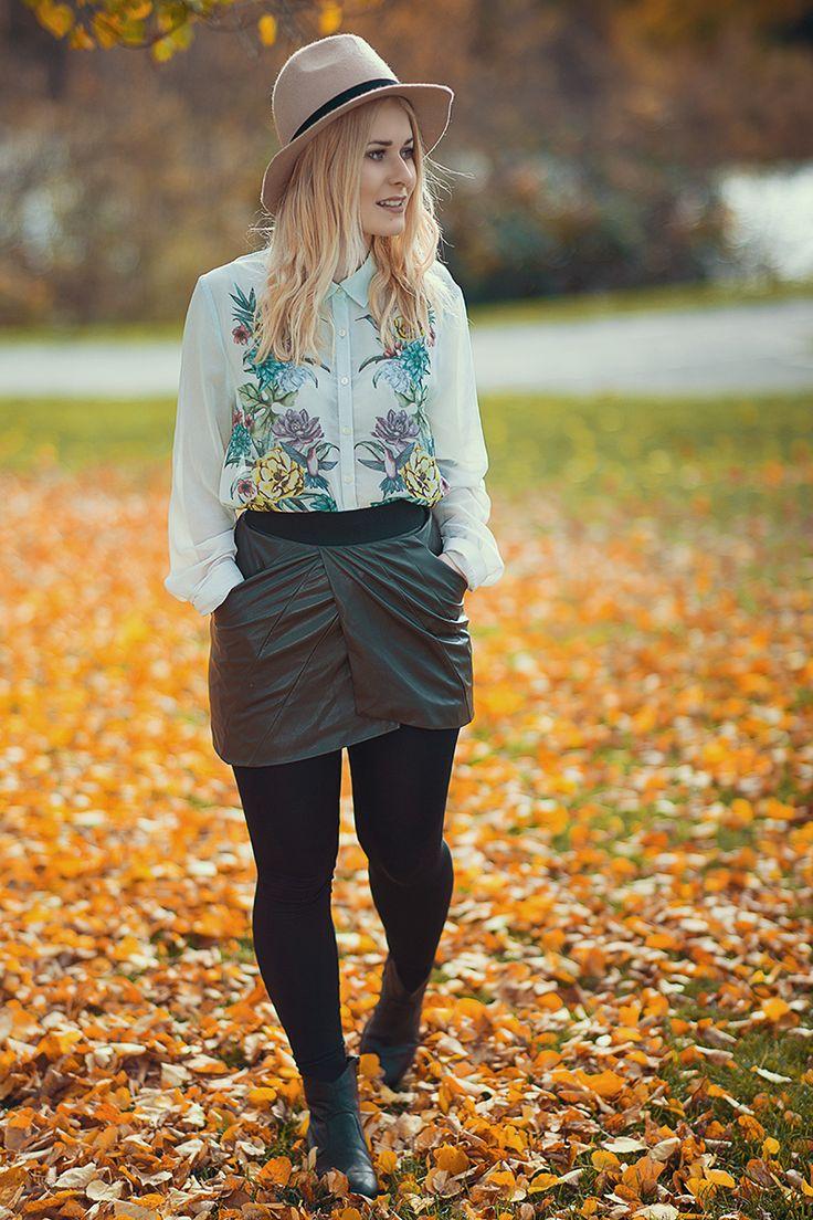 Das perfekte Herbst Outfit mit grünem Escada Blazer, Bluse mit Floralprint und Lederrock in khaki und Hut in beige