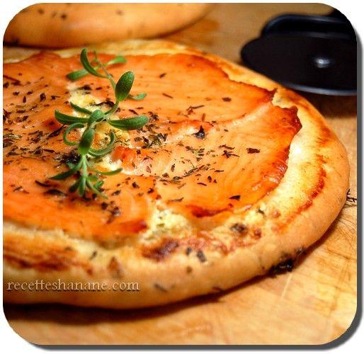 On me demande souvent des recettes de pizza et surtout comment obtenir une pâte à pizza moelleuse et croustillante à la fois, un peu comme dans les pizzerias, voici donc ma façon de la préparer, elle est assez simple, j'ajoute à chaque fois des herbes...