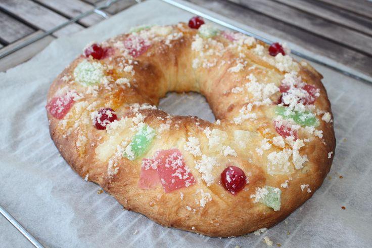 Roscón de Reyes vegano: (para 8 trozos grandes) - 375 gr de harina de fuerza - 90 gr de azúcar - 30 gr de azúcar moreno (yo utilicé un azúcar rubio biológico) - 45 gr de Maizena - 15 gr de levadura fresca - 1 cucharadita y ½ de sal - 105 gr de margarina - 180 gr de leche de soja tibia - 1 cucharadita de agua de azahar (si os gusta más aromático podéis poner 1 y ½) - la ralladura de 1 limón grande o 2 pequeños - la ralladura de 1 naranja grande