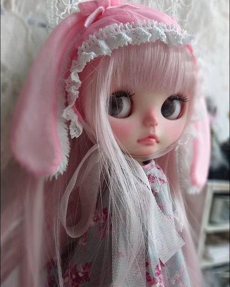 Instagram media by hanahana602 - 加工なしpicピンクのメッシュ生地で垂れ耳ウサギ帽子作りました夏だし、髪のピンクを隠したくなくて耳だけモフモフさせてますドレスはブルーグレーの天使柄✨これをベースに盛っていきます❗可愛くなーれ #ブライス#ブライスアウトフィット #カスタムブライス #blythedress #blythe #blythecustom #ooakblythe