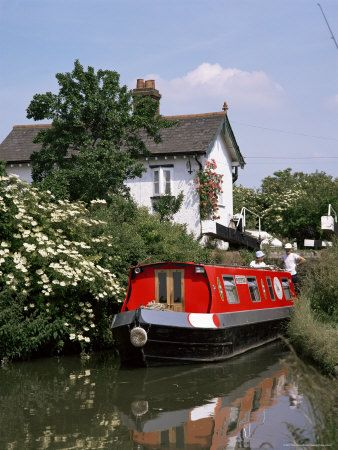 Narrow boat and lock, Aylesbury arm of the Grand Union Canal, Buckinghamshire, England, UK