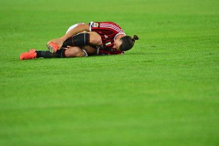 Aduuuh,! Ibrahimovic mengerang kesakitan sambil memegangi kakinya