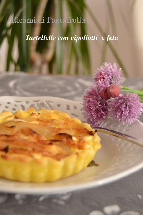 Tartellette con feta e cipollotti