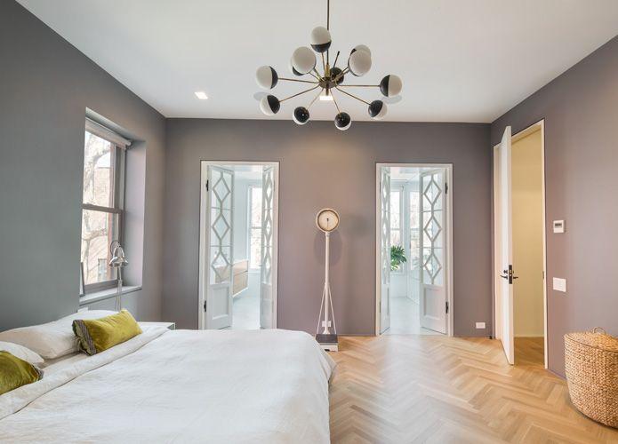 Schlafzimmer mit Fischgräteparkett und hohen Decken in Altbauwohnung