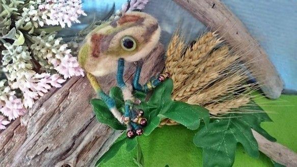 羊毛フェルトを使った作品です 胴体は茶色・緑色を使った迷彩柄に仕上げました 瞳は迷彩柄によく似合うグリーンのアニマルアイを使用カラフルな毛糸を使った4本足は、... ハンドメイド、手作り、手仕事品の通販・販売・購入ならCreema。