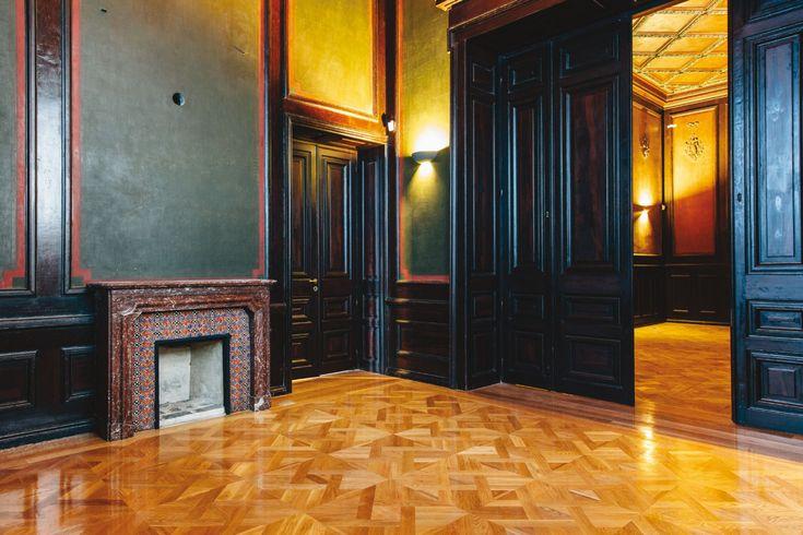 Δωμάτιο με επενδεδυμένους τοίχους και τζάκι.