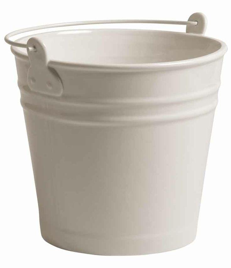 IL SECCHIO IN PORCELLANA BY SELETTI. ESTETICO QUOTIDIANO è la linea di contenitori per alimenti e bevande realizzati riproducendo fedelmente le forme dei contenitori usa e getta in materiali duraturi, quali la porcellana e il vetro borosilicato. Compatibili con il forno a microonde e la lavastoviglie, i prodotti della linea ESTETICO QUOTIDIANO rappresentano un'occasione di rinnovo delle stoviglie quotidiane, un modo originale e divertente di servire in tavola.