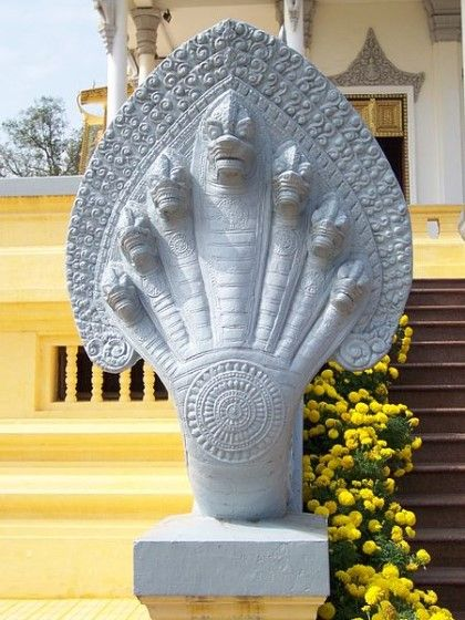 """나가Naga ... 힌두교/불교/자이나교에는 """"나가""""라는 매우 거대한 뱀(또는 용) 모습의 신이 있다."""