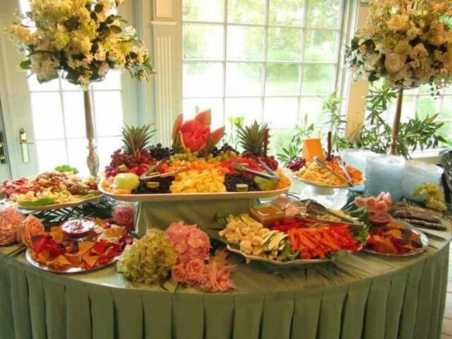 Mesa de frutas , vegetales y quesos .