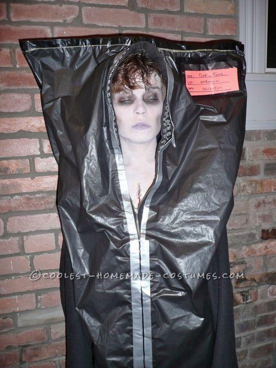 Disfraz de cadáver en bolsa - Creepy Corpse in a Body Bag Costume http://doityourselfcollections.blogspot.com