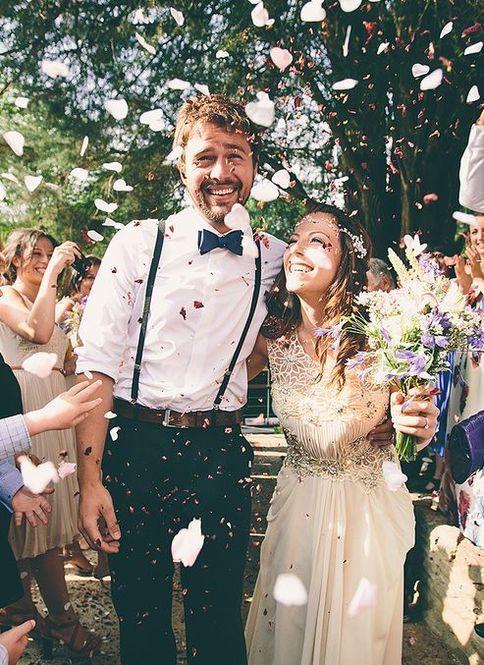 サスペンダースタイルも海外ウエディングの主流。ガーデンウエディングなど、カジュアルな結婚式にもってこいです♡