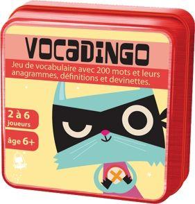 La boite du jeu Vocadingo, un jeu de vocabulaire pour le primaire qui se base sur la notion d'anagramme pour faire travailler l'orthographe, le vocabulaire et les définitions des mots.