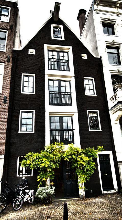 Presencia infinita del monocromo: blanco y #negro en un edificio #geométrico del…