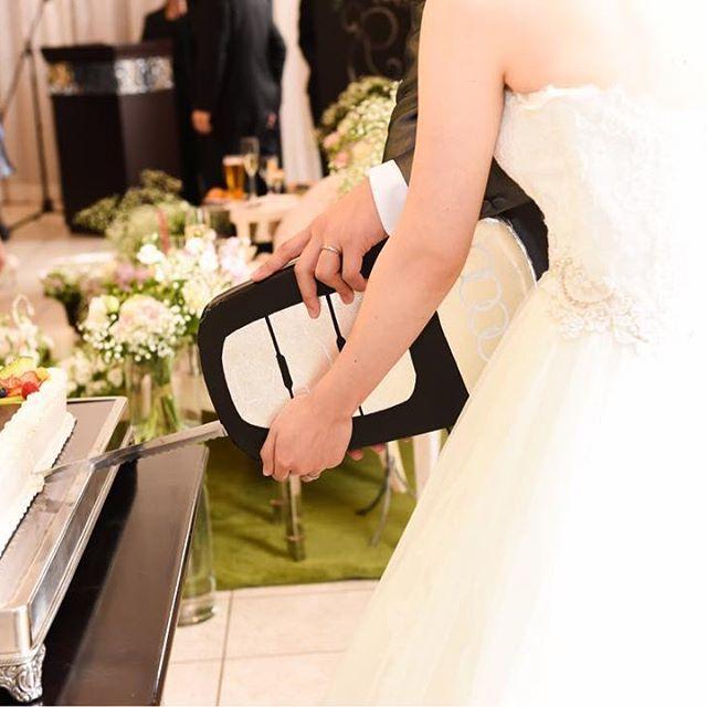 【ケーキ入刀】  *  手作りのケーキナイフで入刀!!  お二人の愛車の鍵をイメージして  ご新婦様が手作りされました♡♡  この手作りのケーキナイフには  ゲストの方々も びっくり!!  シャッターチャンスです ♡♡  *  #エヴァウイン小山プレミアムスィーツ#everwin#スマイルレポート#オリジナルウェディング#カジュアル#シンプル#ガーデン#instadaily#ウェディング#オーダーメイド#チャペル#日本中のプレ花嫁さんと繋がりたい #オーダーメイド#貸切#diy#dearswedding