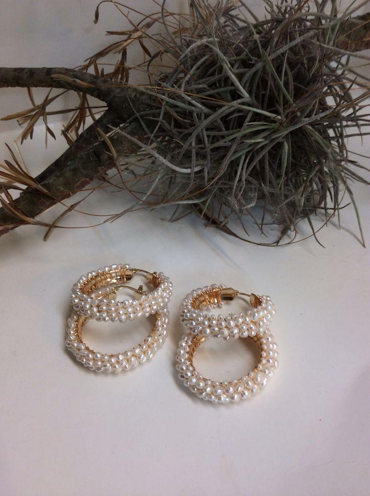 Arracadas de oro laminado y perlas cultivadas....